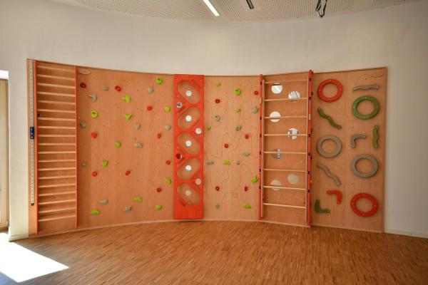 Kletterwand-für-einen-runden-Bewegungsraum